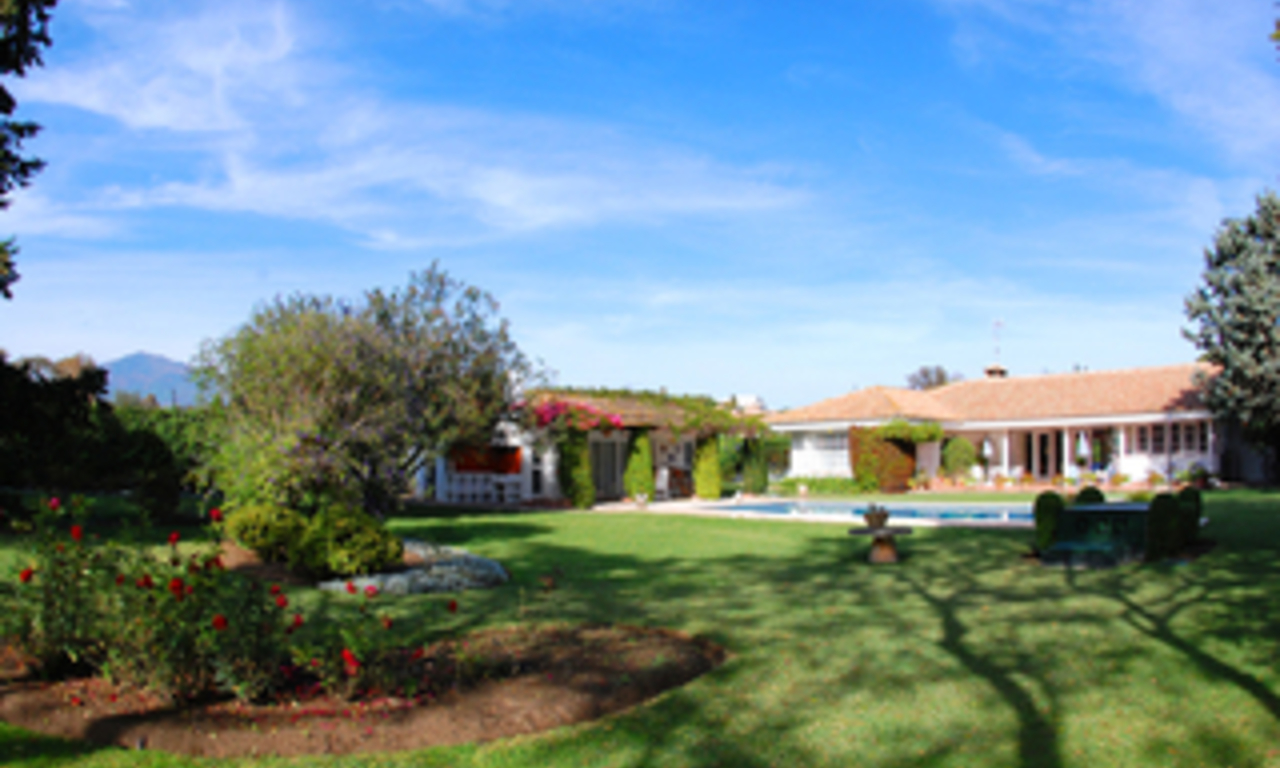 Frontline golf villa te koop, beachside en direct aan de golf course te Marbella 4