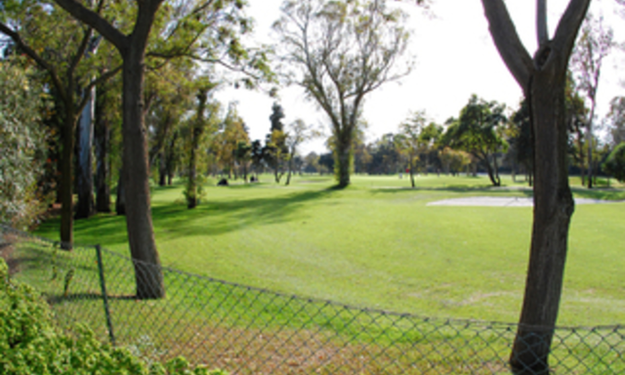 Frontline golf villa te koop, beachside en direct aan de golf course te Marbella 8