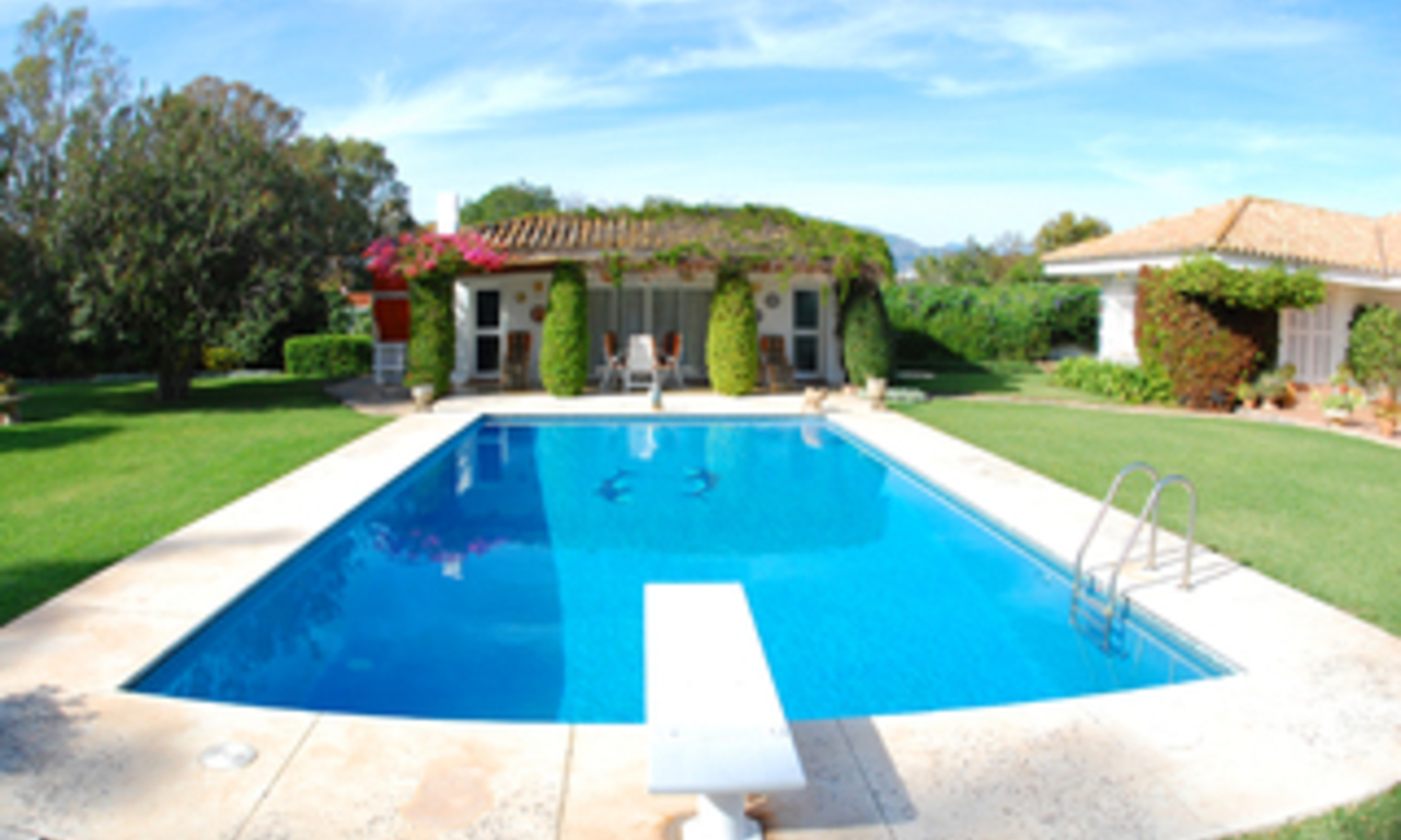 Frontline golf villa te koop, beachside en direct aan de golf course te Marbella 3