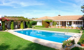 Frontline golf villa te koop, beachside en direct aan de golf course te Marbella 0
