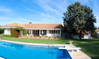 Frontline golf villa te koop, beachside en direct aan de golf course te Marbella 1