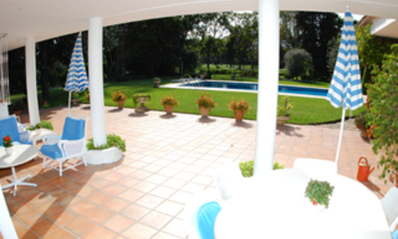 Frontline golf villa te koop, beachside en direct aan de golf course te Marbella 13
