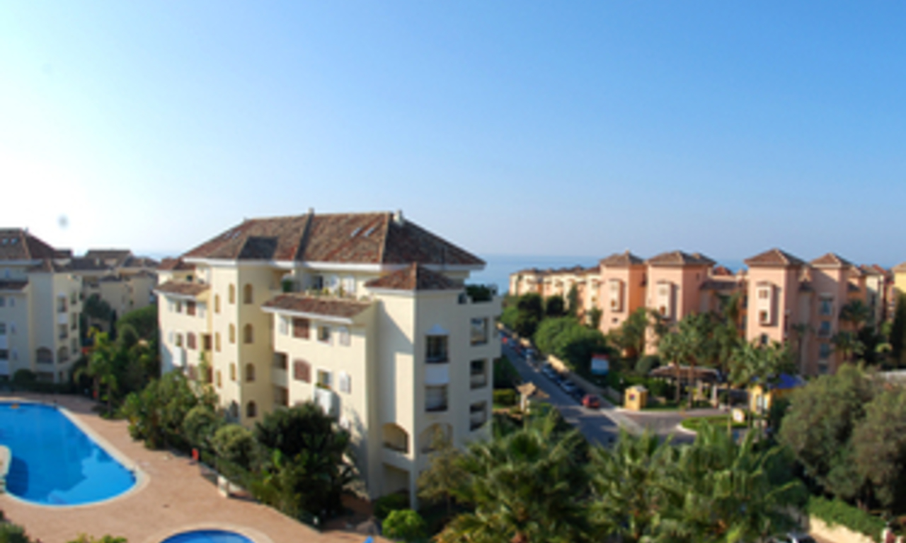 Beachside luxe appartement te koop, Elviria, Marbella east 0