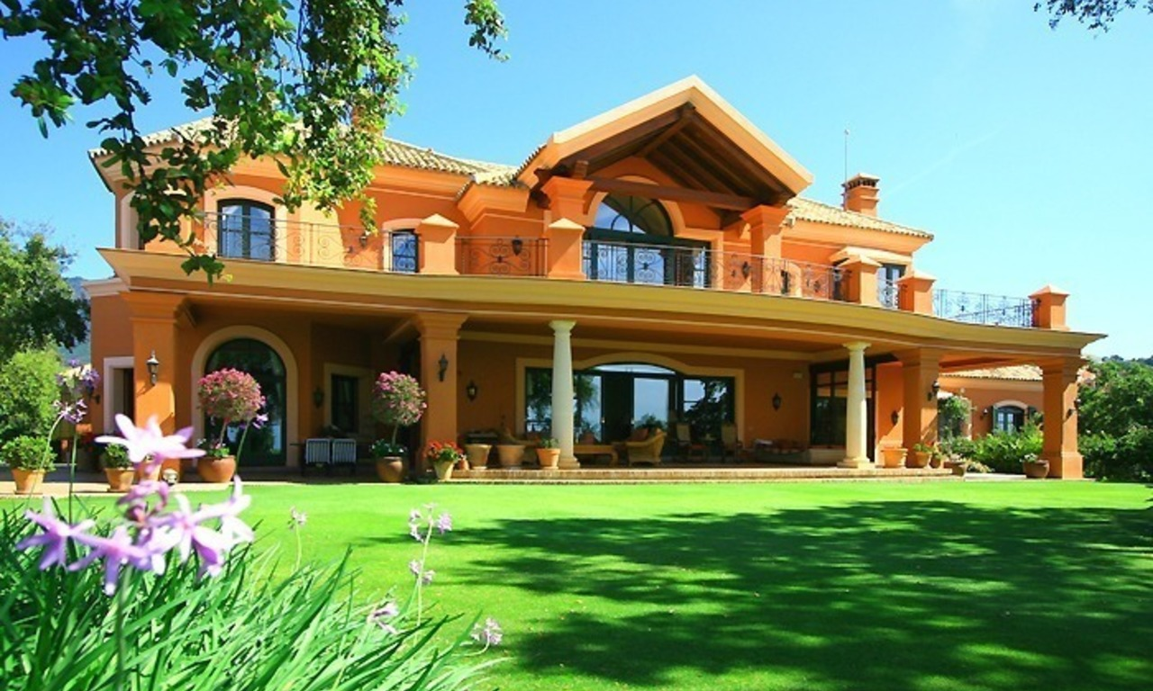 Luxueuze villa te koop, gated secure golf resort, Marbella Benahavis Costa del Sol 0