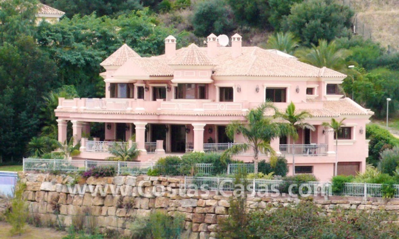 Exclusieve ruime villa mansion te koop direct aan de golf in Marbella - Benahavis 0