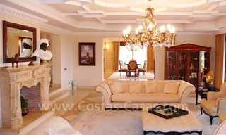 Exclusieve ruime villa mansion te koop direct aan de golf in Marbella - Benahavis 16