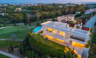 Eerstelijns golf villa in een elegante moderne stijl met panoramisch golf- en zeezicht te koop in Los Flamingos Golf in Marbella - Benahavis 26124